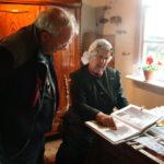 Jeanne de Weert geeft deskundige uitleg over de Wieringer Klederdracht
