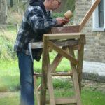Rein Veldboer maakt een sculptuur van hout