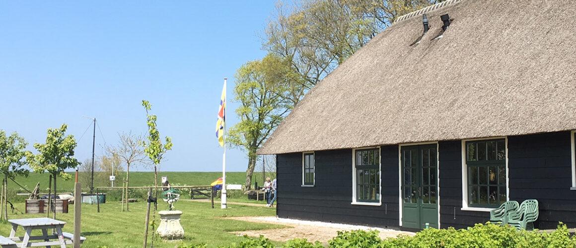 Het ontvangstgebouw van het Wieringer Eilandmuseum Jan Lont aan de Waddendijk.